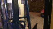 samochód stoczył się na klatkę (3)