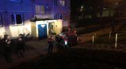 samochód stoczył się na klatkę (4)